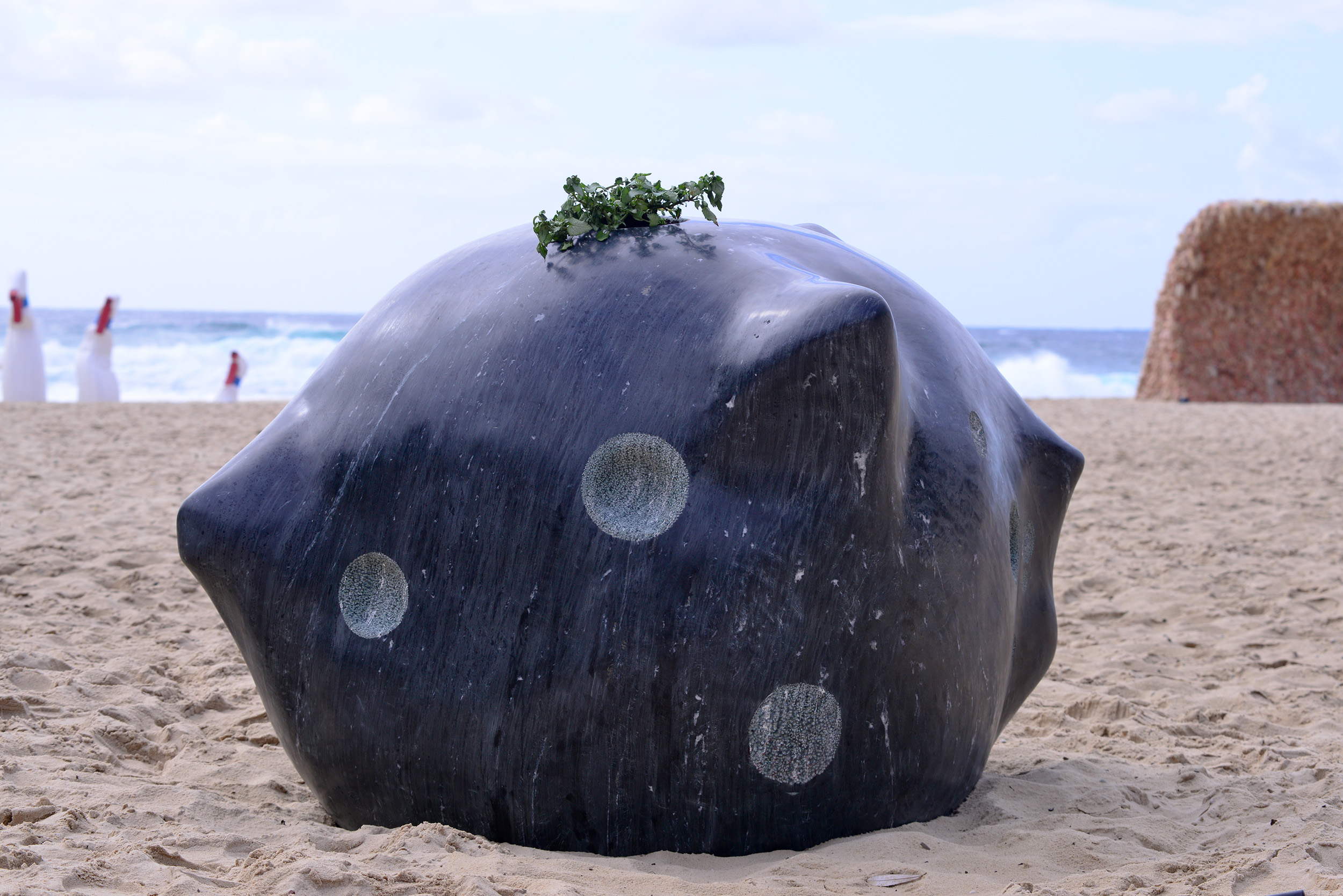 Jina Lee, Meteorite, Sculpture by the Sea, Bondi 2015. Photo Clyde Yee